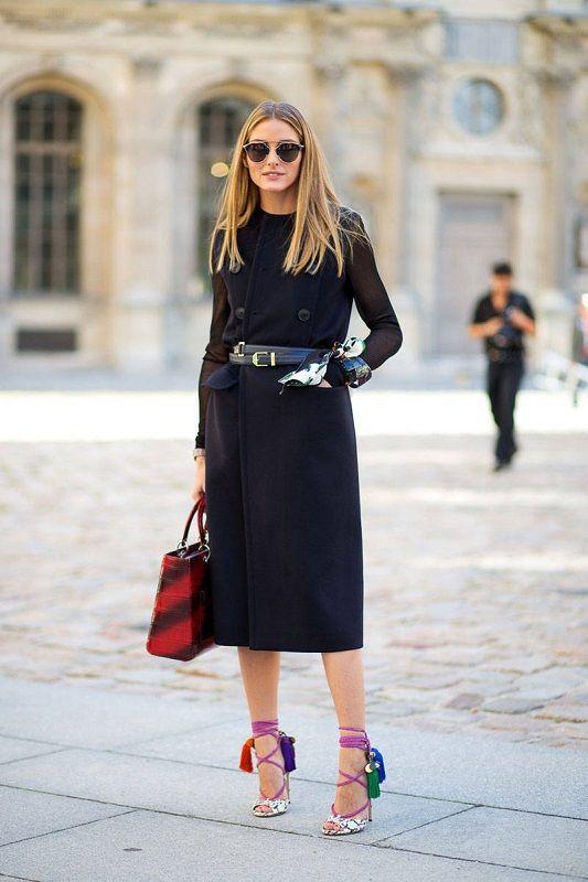Оливия Палермо в черном тренче и сумкой от Dior http://ohfashion.ru/ulichnaya-moda/vesnu-leto-2015-ulichnaya-moda-iz-parizha-foto-s-ulits-vo-vremya-modnyih-pokazov/