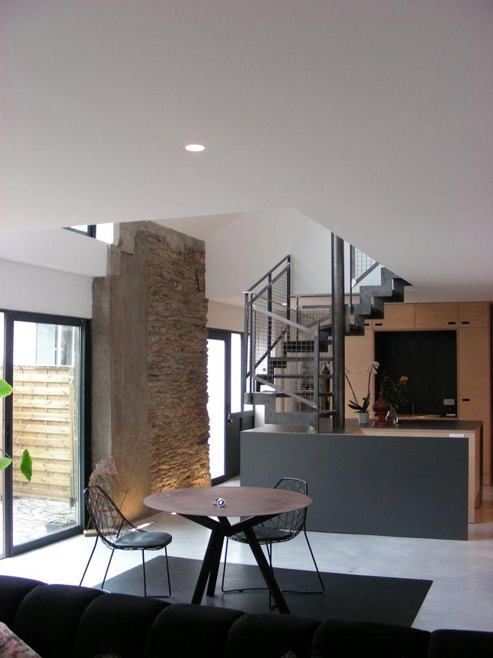 Escalier métallique du0027intérieur design intégré dans lu0027îlot central - cuisine ouverte ilot central