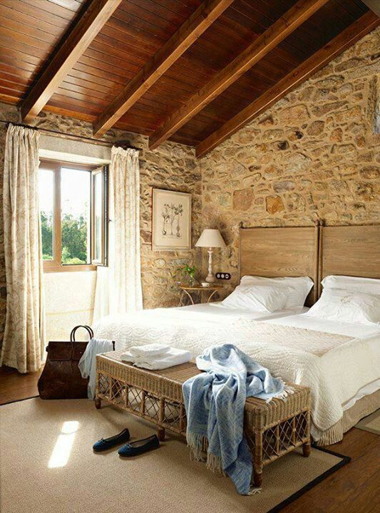 Bonito dormitorio con paredes de piedra y techo inclinado - Techos de madera rusticos ...