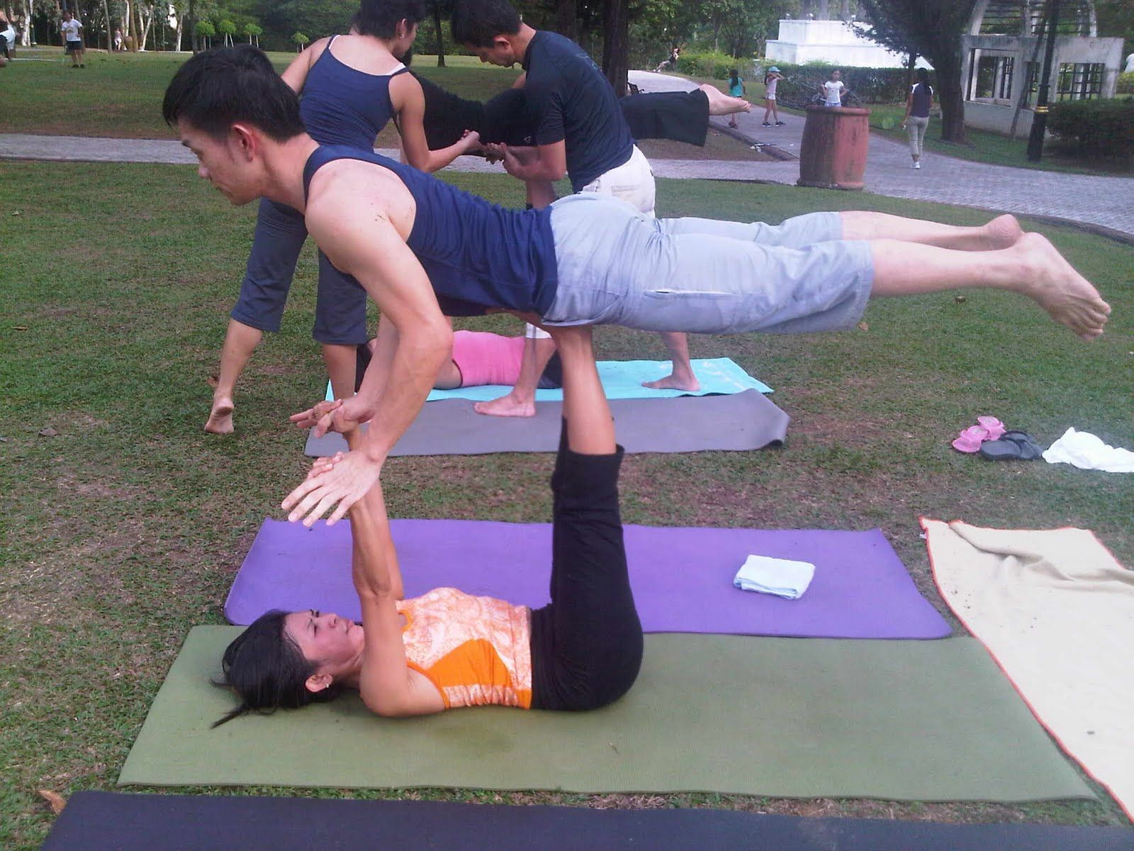 Acro Yoga Poses For Beginners Bing Imagens Couples Yoga Acro Yoga Couples Yoga Poses