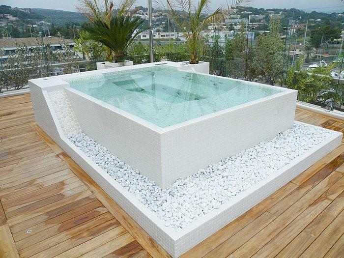 Pebble Rocks below hot tub could be cool Dream decor Pinterest - reihenhausgarten und pool