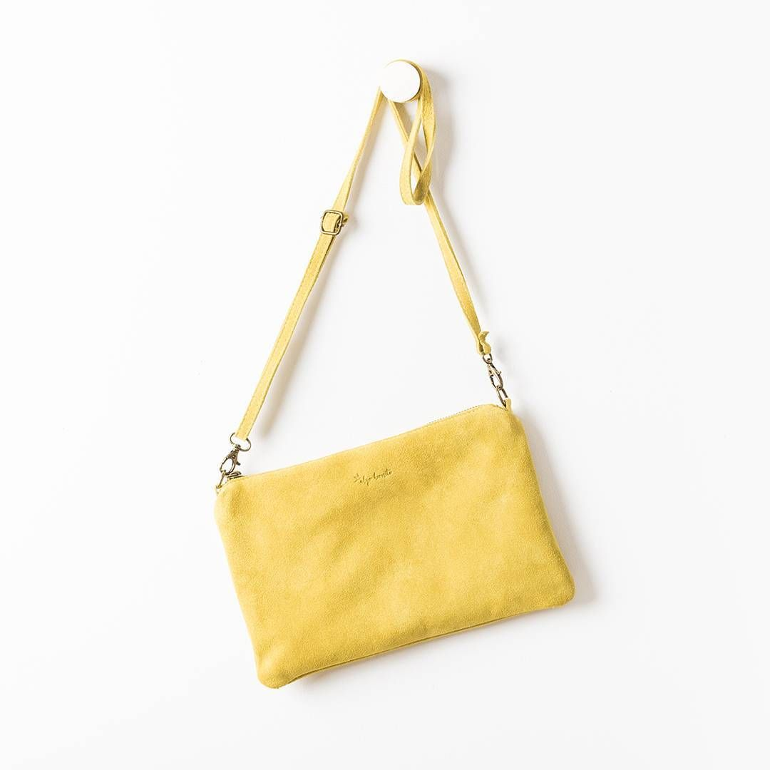 Amarillo, que te pillo... ¡y en REBAJAS! 💛💛 #algobonito #algobonitoonline #bolso #clutch #leather #piel #yellow #complementos #moda #rebajas #descuentos #sales #algobonitoenrebajas