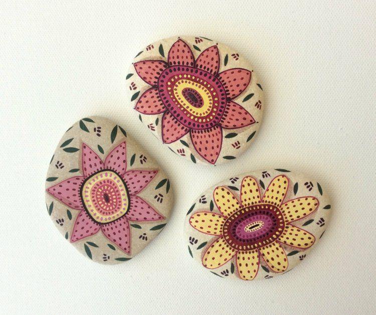 Galets Decoratifs Trois Pieces A Motifs Fleurs Roses Et Jaunes Roches Peintes A La Main Cailloux Peints Galets