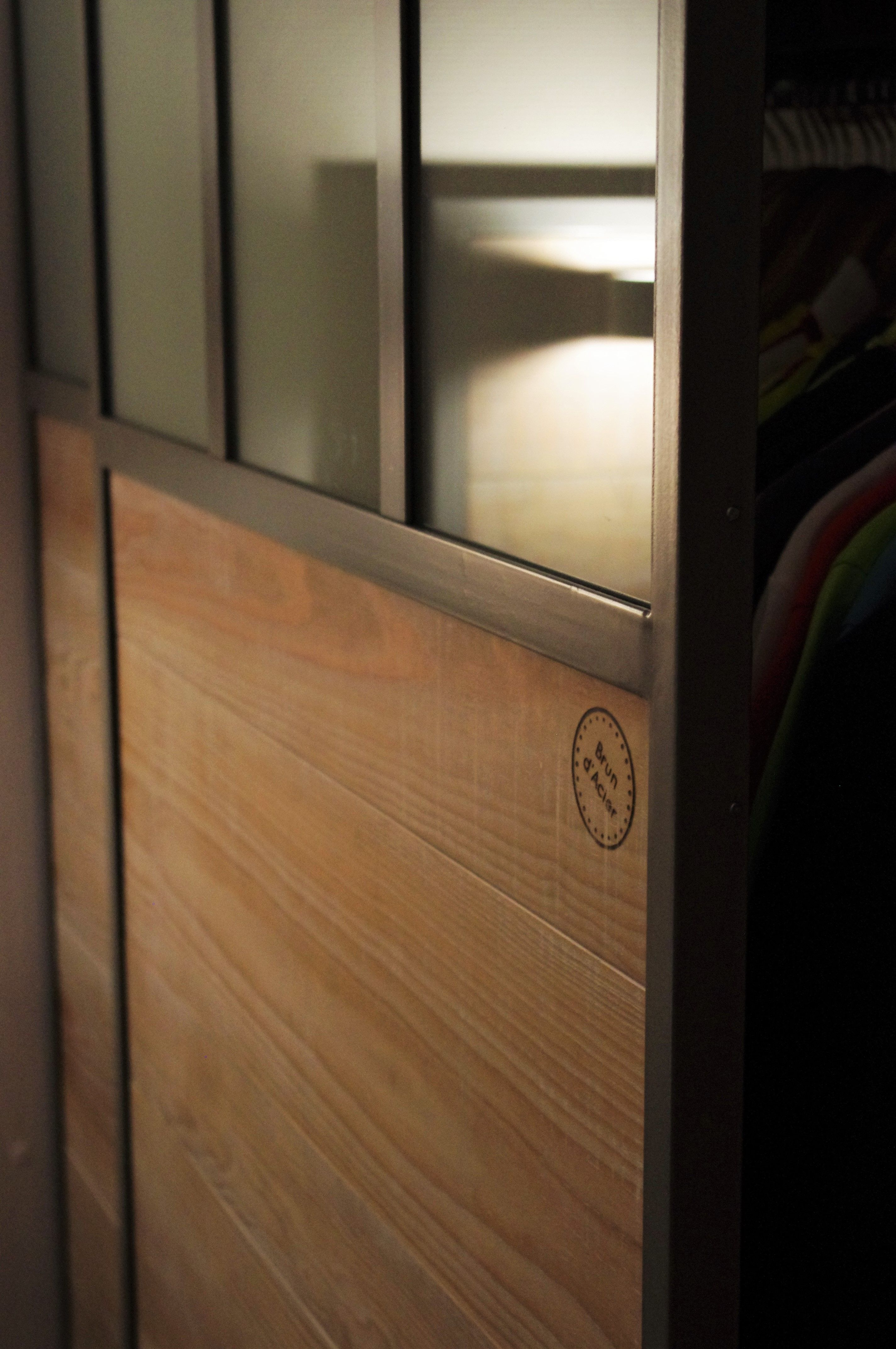 portes de placard coulissantes style verriere atelier industrielle bois et metal gris www brundacier fr