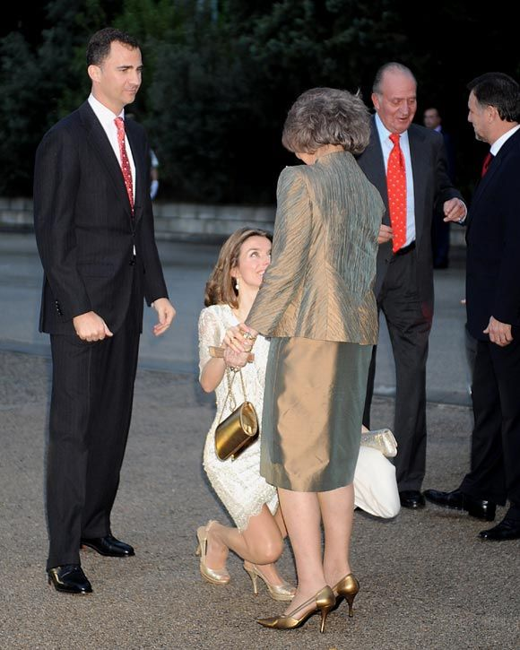 Princess Letizia curtsies for her mother in law