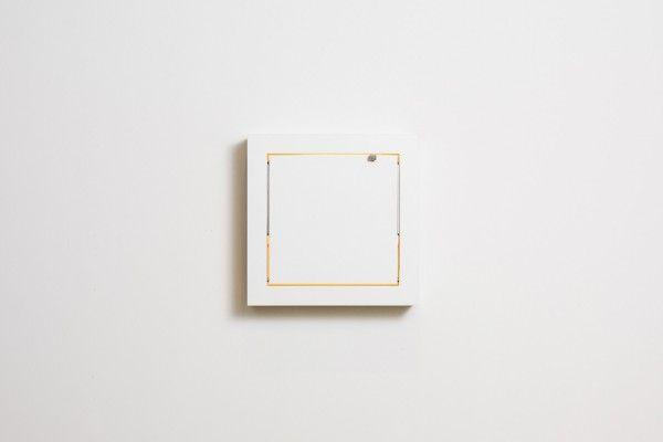 schmink-wandspiegel-mit-ablage-von-malte-grieb-01