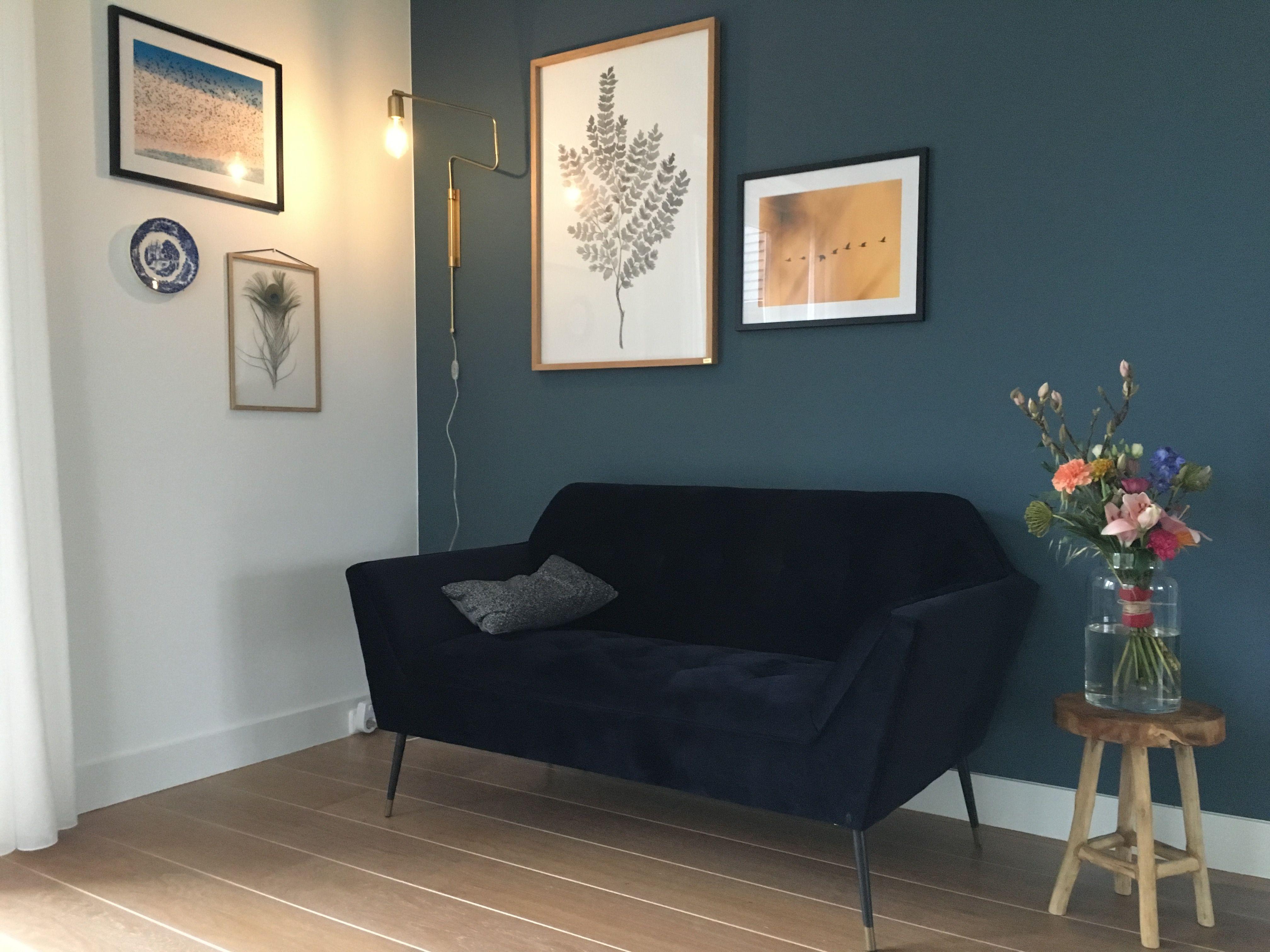 Woonkamer idee met bankje van dutchbone en flexa kleur faded indigo