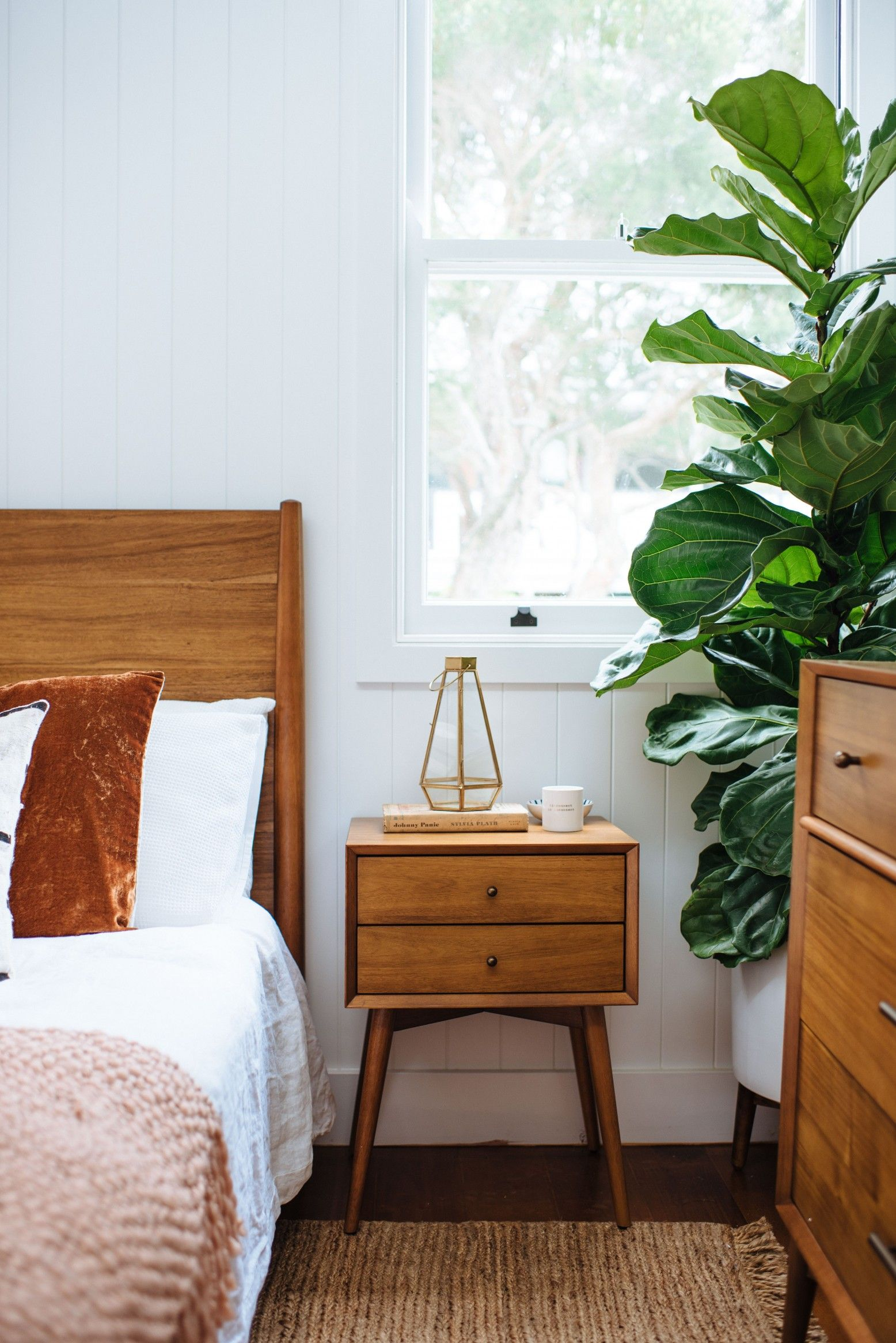 Modern renovation in a small bedroom: photo 2018