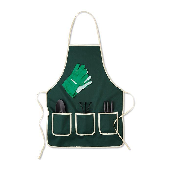 Set de accesorios de jardín, incluye un rastrillo, 1 horquilla,1 pala plantadora y un par de guantes. Presentado en un delantal de Poliéster 600D. www.tusregalosdeempresa.com