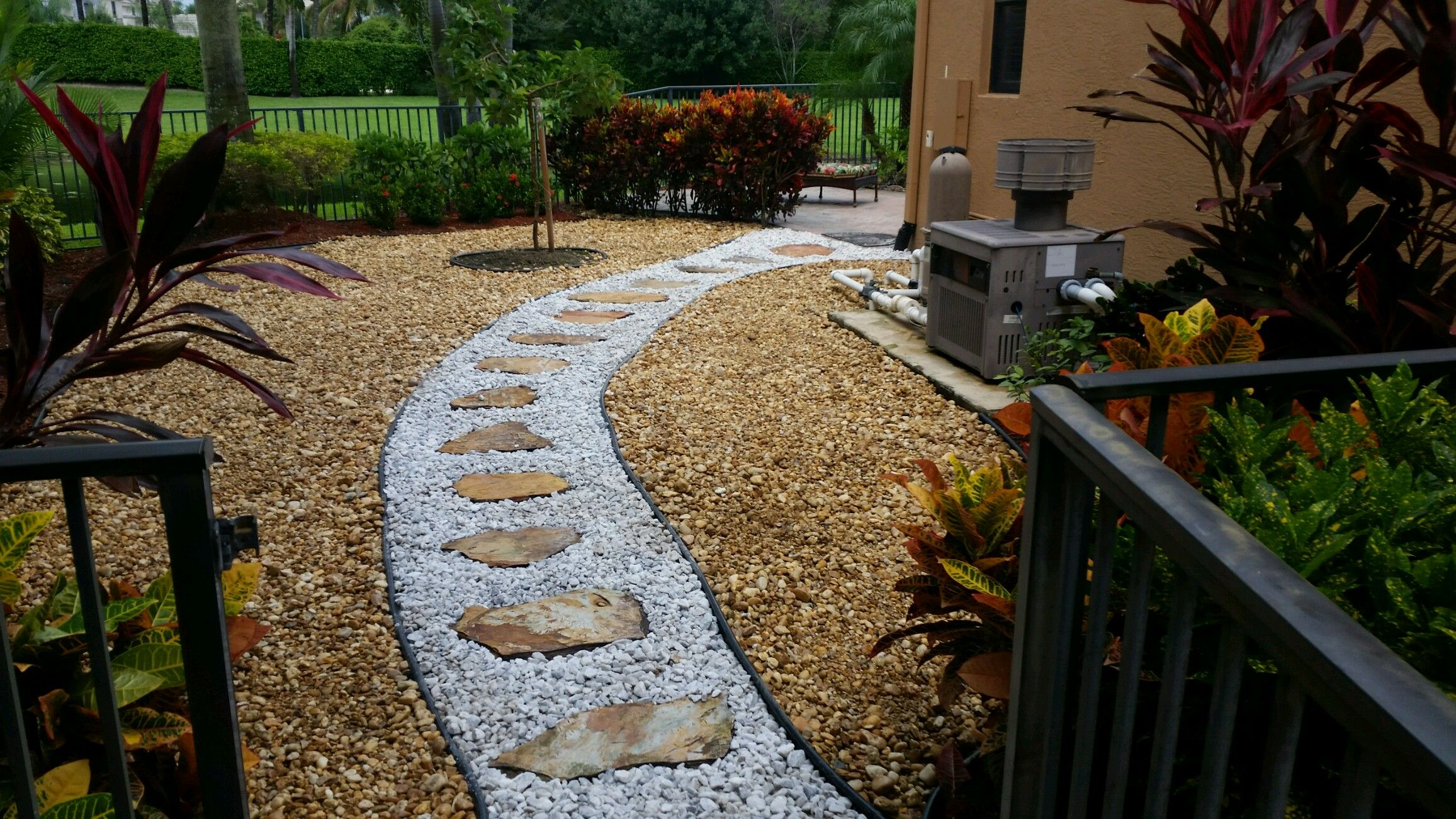 Rock Work Brown River Rock With Inset Pathway Of White Marble Chip Stone With Crab O Landscaping With Rocks Flagstone Pathway Front Yard Landscaping Design