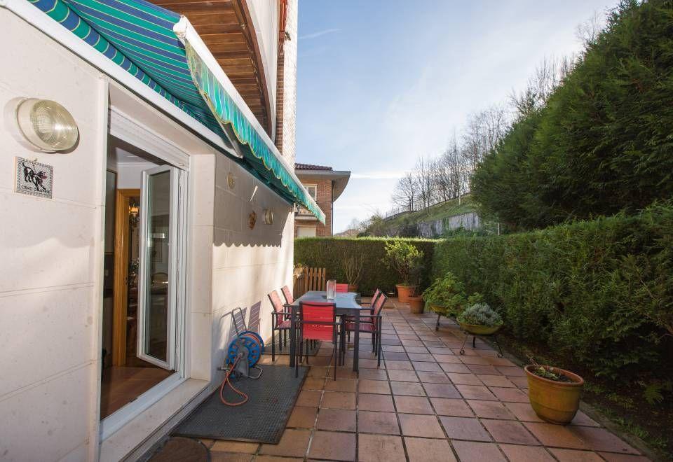 Vivienda duplex con zona terraza-jardín muy discreta, rodeado en un