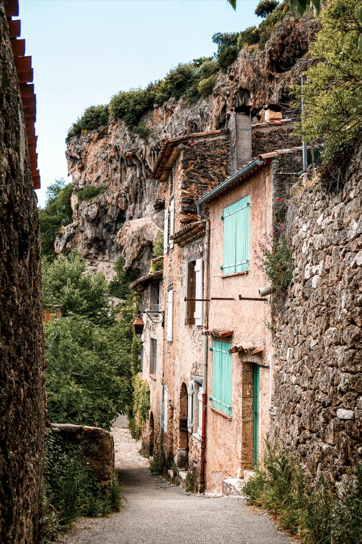Découvrez Cotignac, village de charme de Provence verte à