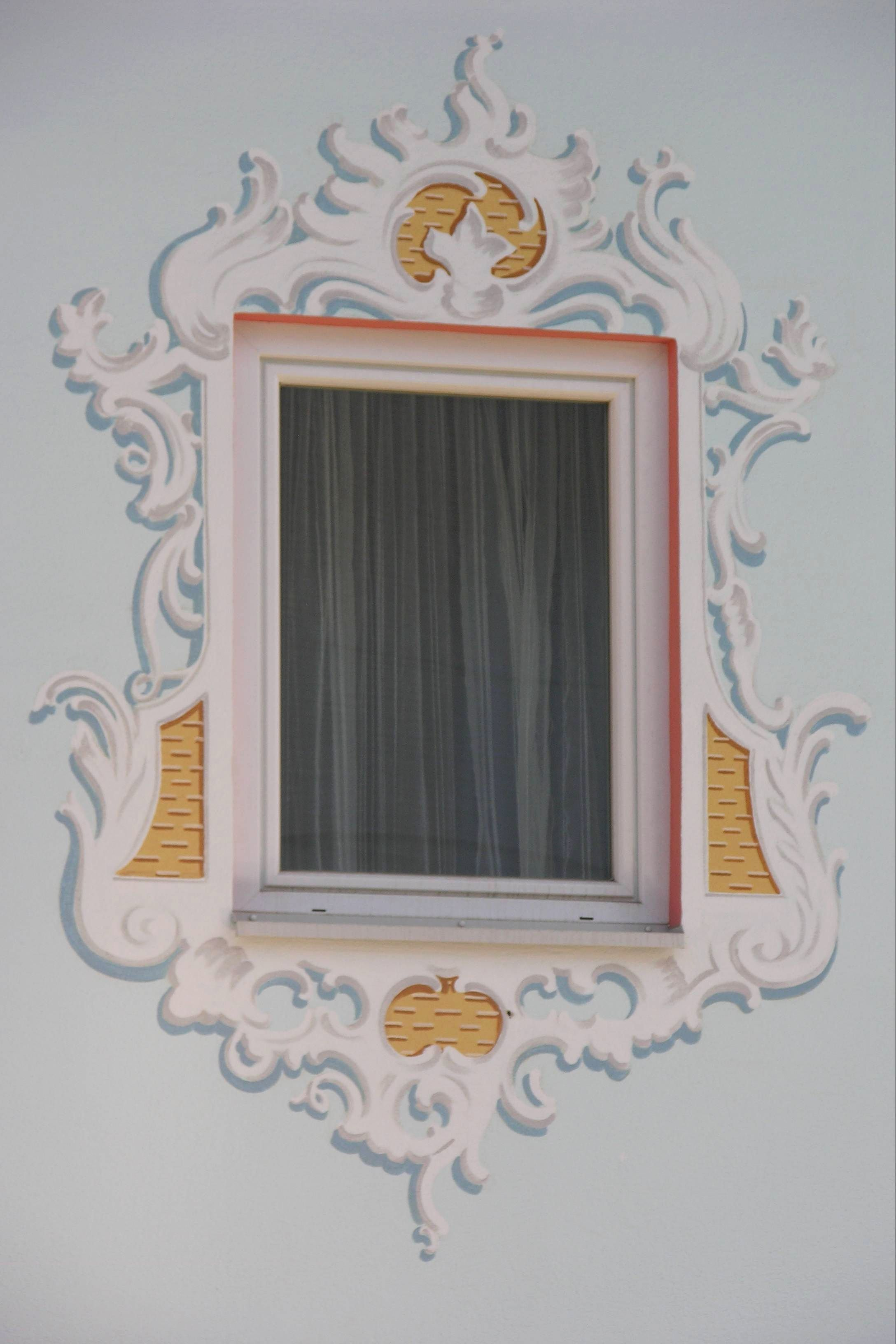 rekonstruierte l ftlmalerei nach generalsanierter neu verputzter fassade f r fenster am. Black Bedroom Furniture Sets. Home Design Ideas