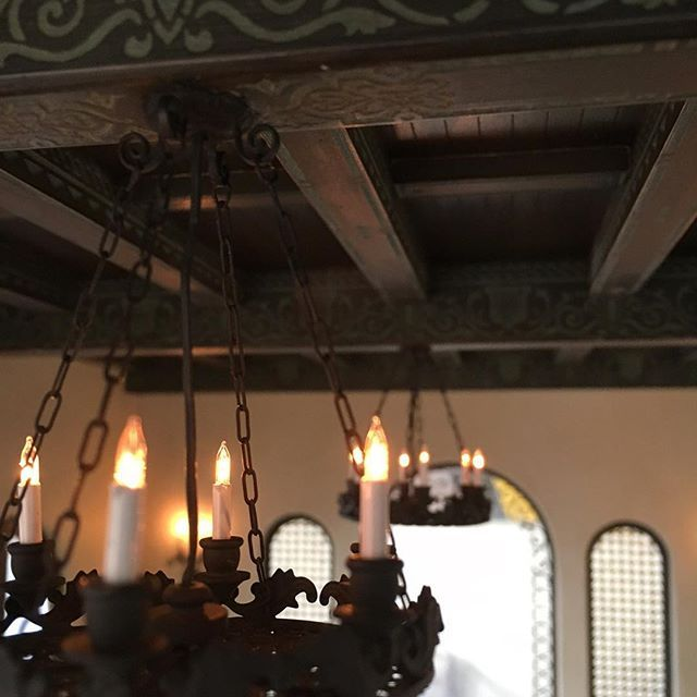 Chandeliers are finally up in the Living Room! I had originally made a large chandelier for this room but unfortunately it just didn't look right. These are from Micro Miniatures in the UK. To prepare them for the space, I added new chain and created a new ceiling canopy from some jewelry findings and painted them all black. . . . . . #miniaturehouse #onetwelve #onetwelthscale#miniaturist #hobby #spanish #architecture#miniworld #miniatureenthusiast #dailymini #miniatureworld#dollhouse…