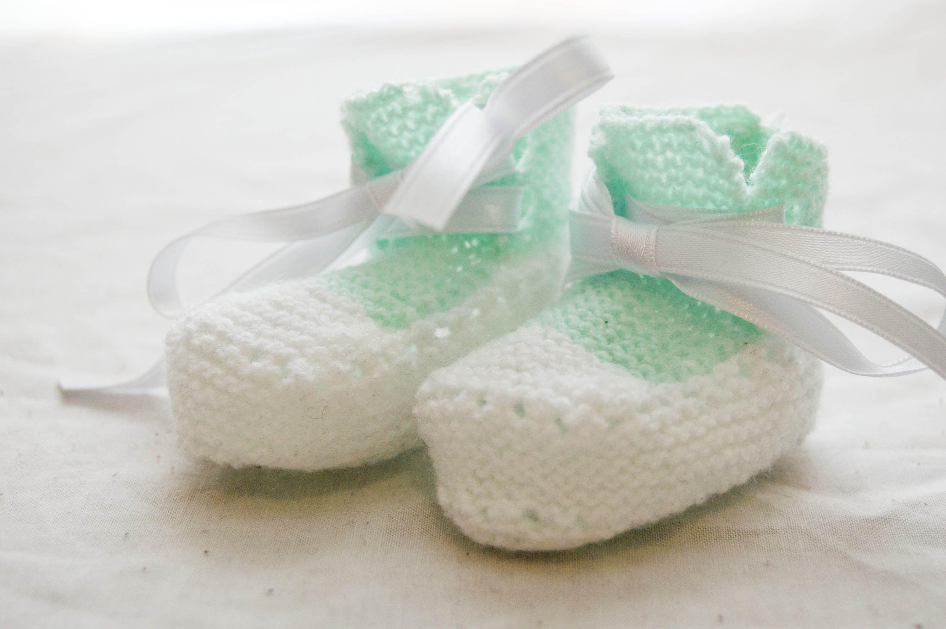 """Zapatillas """"converse"""" para bebe, en lana hecho en punto."""