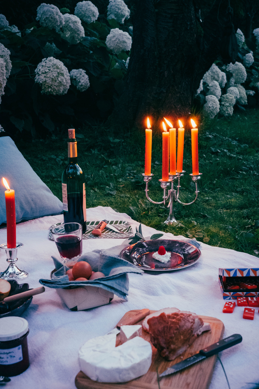 Feast outside. Romantisches Picknick mit Käse und Wein und