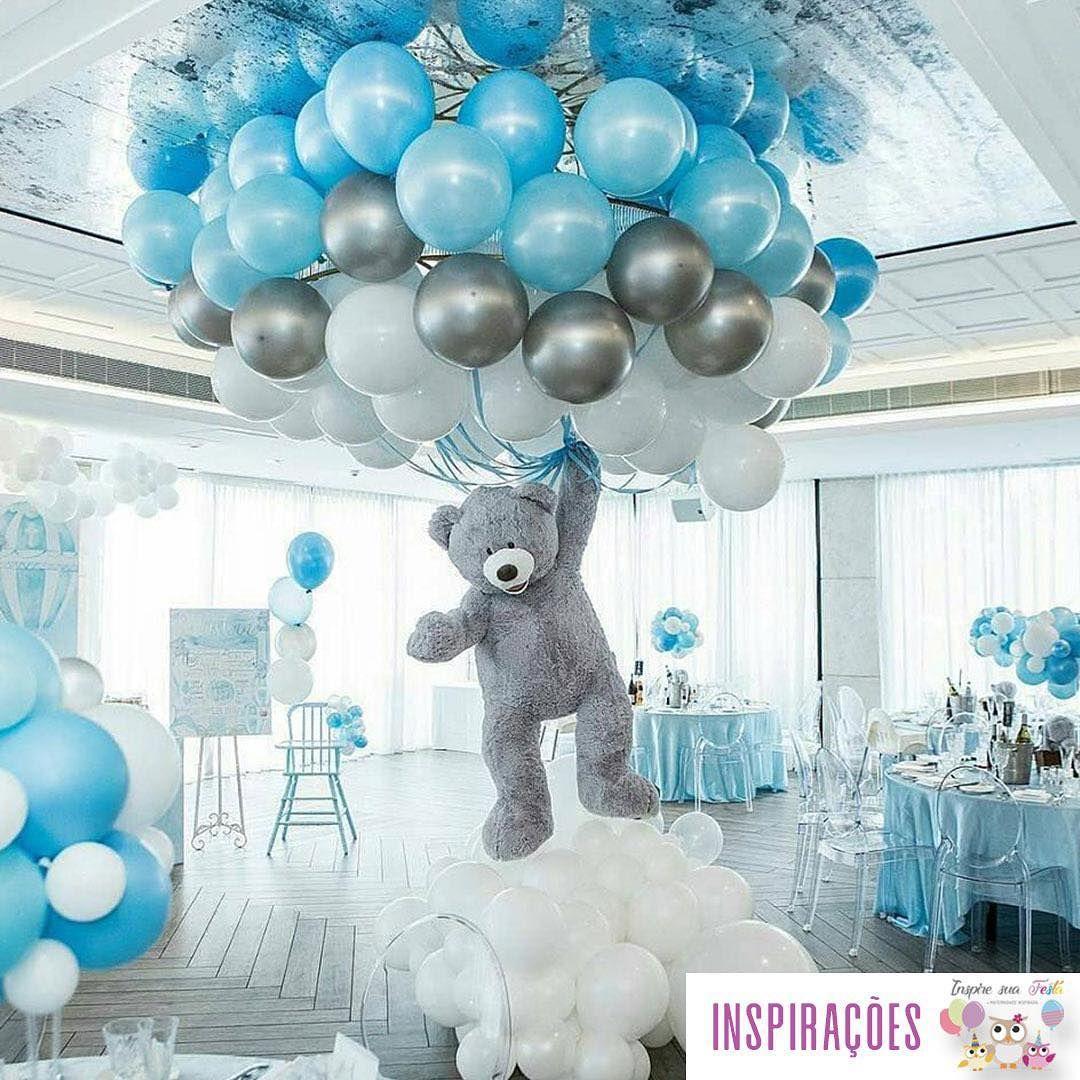 Urso segurando baloes