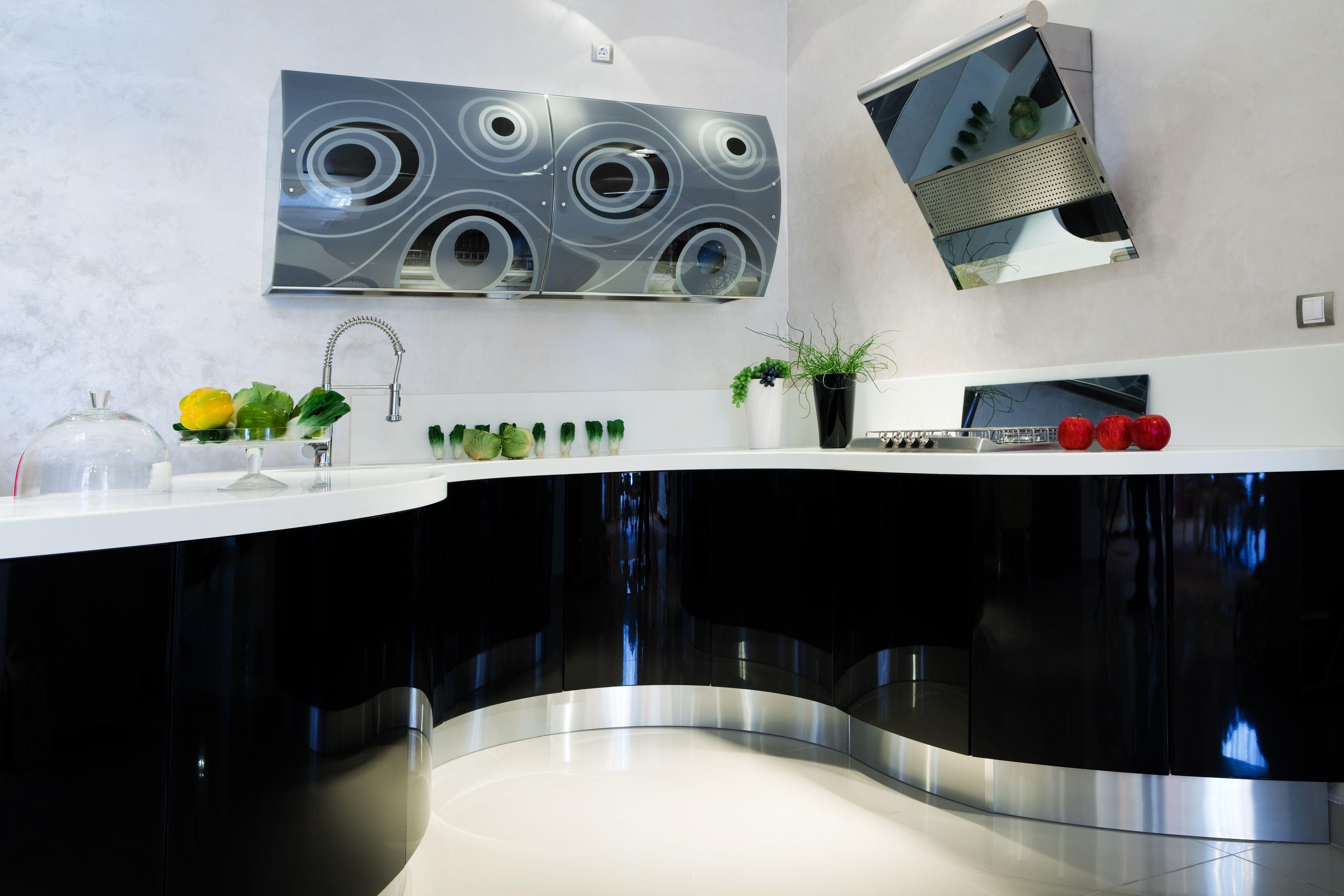 Nowoczesna Otwarta Bialo Czarna Kuchnia Z Wyspa Kuchenna I Zestawem Hokerow Przy Metalowym Stole Modern Black Kitchen Black Kitchens Black Kitchen Cabinets