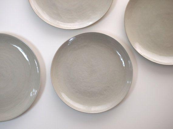 steinzeug teller in hellgrau keramik geschirr handgemacht keramik teller set steinzeugteller. Black Bedroom Furniture Sets. Home Design Ideas