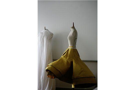 Des essayages aux dernières retouches dans les ateliers, de l'effervescence des backstage au podium, découvrez les coulisses du dernier défilé haute couture de Dior.