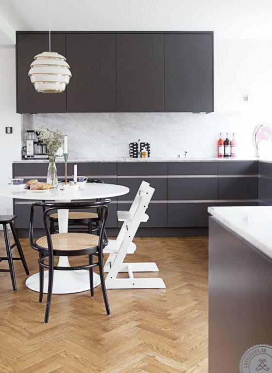 Nowoczesna Szara Kuchnia Z Parkietem Kuchnia Styl Nowoczesny Aranzacja I Wystroj Wnetrz Kitchen Interior Modern Kitchen Home Kitchens