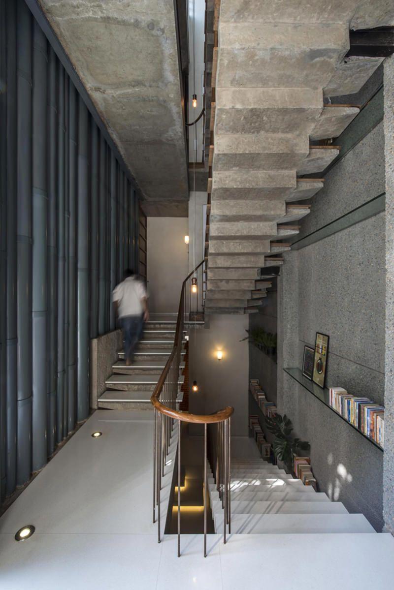 05522348bcb Arquitetos constroem fachada de casa com portas e janelas usadas -  limaonagua