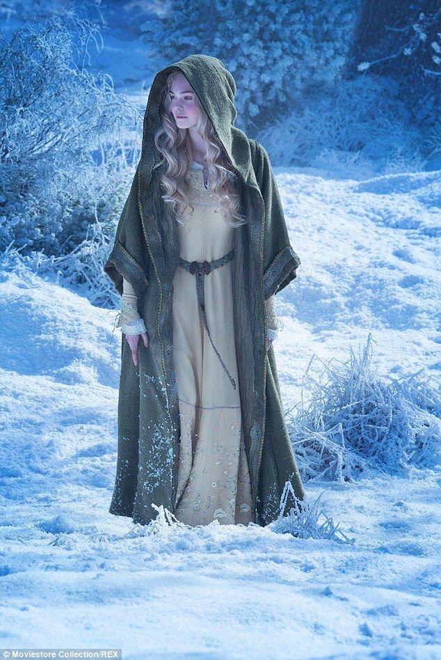Elle Fanning Aurora Costume In character: Elle as ...