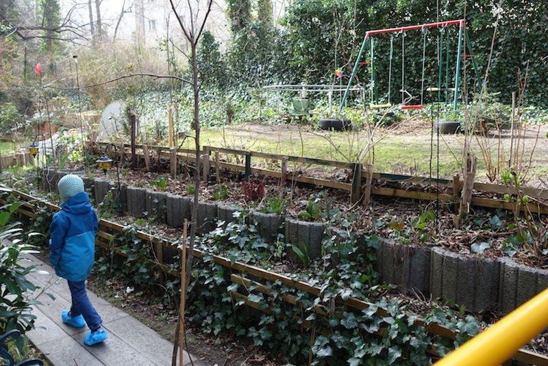 Garten mit Steinabgrenzung als Zaun und Beet für Blumen. Mehr Infos auf https://mamaskind.de.