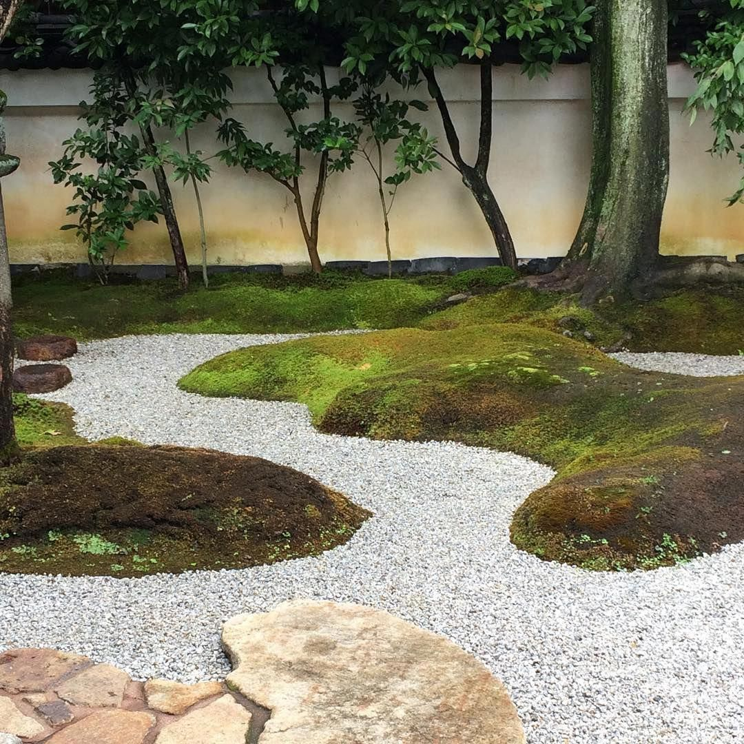 Beautiful curves in Japanese garden at Mirei Shigemori residence