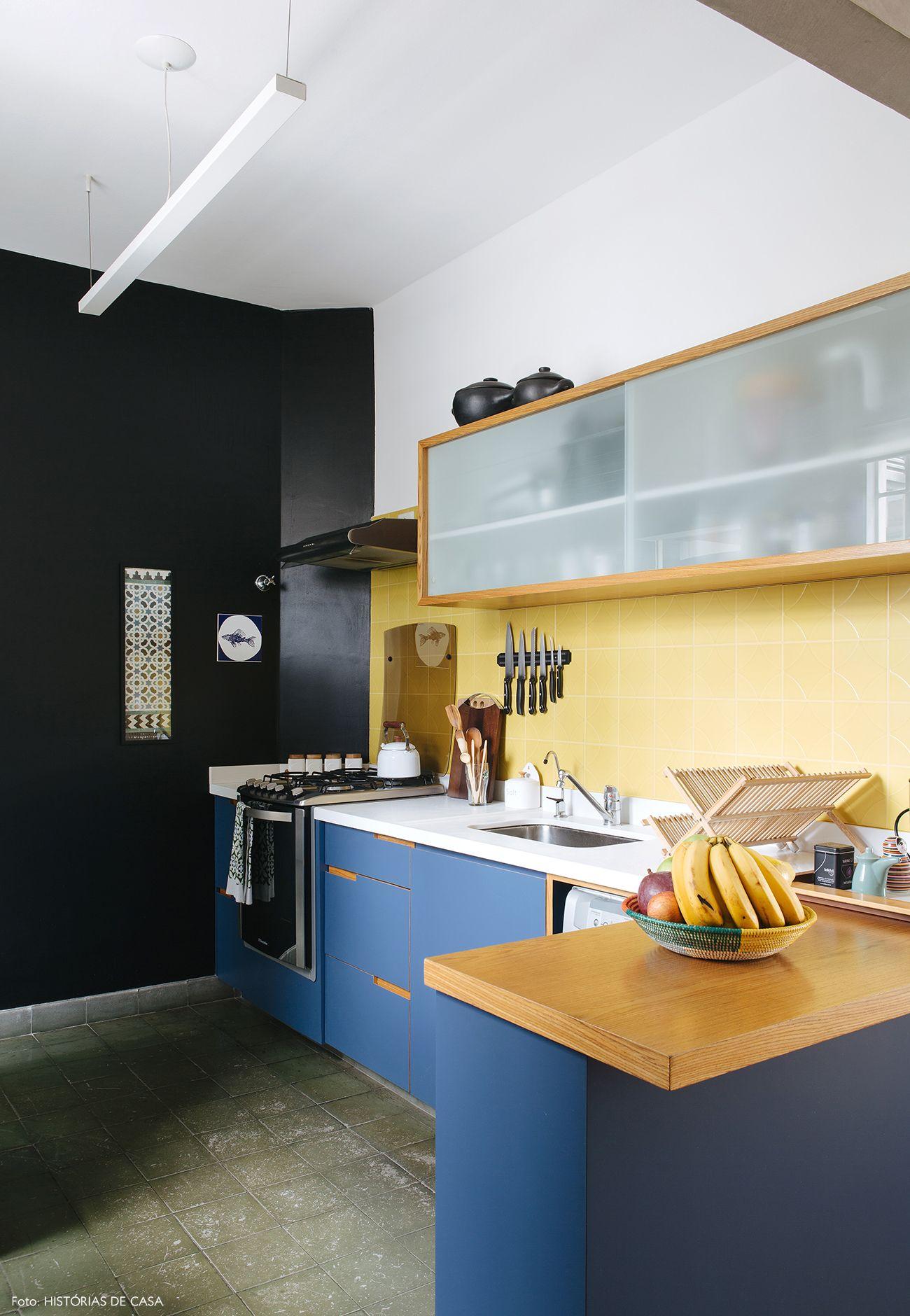 7cd49c4680 Cozinha tem armários revestidos com fórmica azul