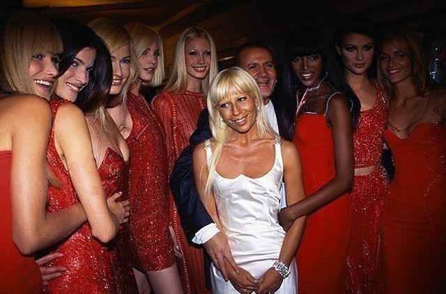 2018/05/23 06:06:55 Gianni and Donatella with Girls🔱✨ #claudiaschiffer  #cindycrawford #nadegedubospertus #naomicampbell #helenachristensen #karenmulder #yasmeenghauri #lindaevangelista #fashion #icon #fashiondesigner #fashionista #fashionblogger #naomicampbell #christyturlington #versace #vintage #versacetribute #vintagefashion #gianniversace #donatellaversace #lindaevangelista