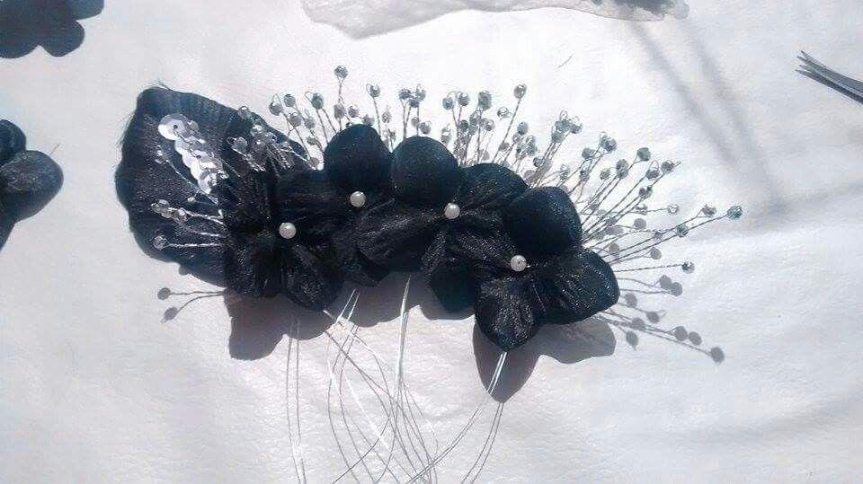 Tocado de flores frizadas, pinches de alambre retorcido y lentejuelas cosidas con alambre