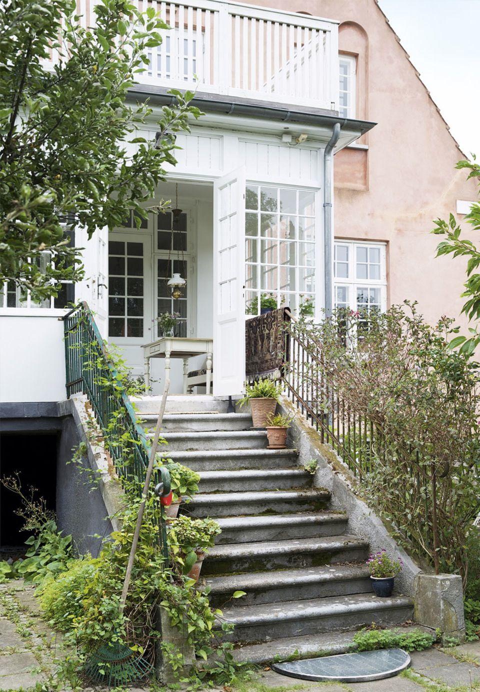 Comenzamos la semana con elegancia, desde una casa de unos 164 metros cuadrados ubicada en Dinamarca. Para su decoración se han utilizado materiales, muebles y accesorios que aportan elegancia a ca…