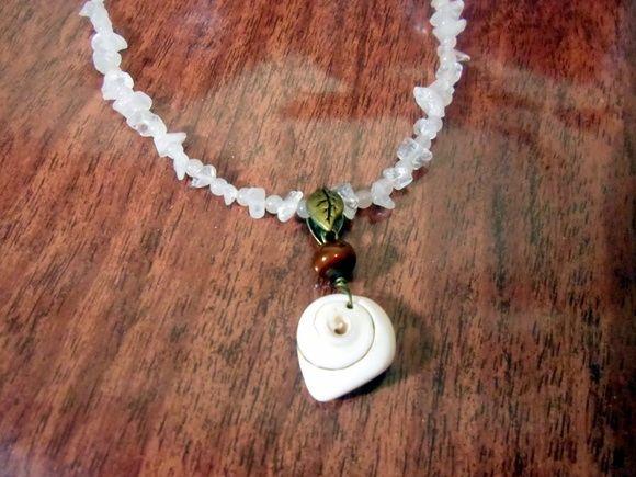 colar feito com cascalho de pedras branca com pingente de concha do mar. R$ 19,00