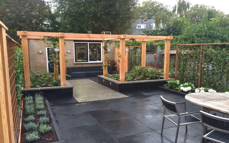 strakke tuin bij jaren 30 woning met douglas pergola van. Black Bedroom Furniture Sets. Home Design Ideas