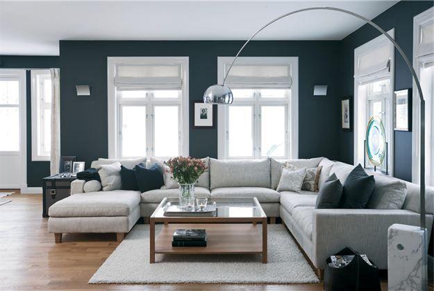 Donkere muren lichte kozijnen dit is het effect maar for Witte meubels woonkamer
