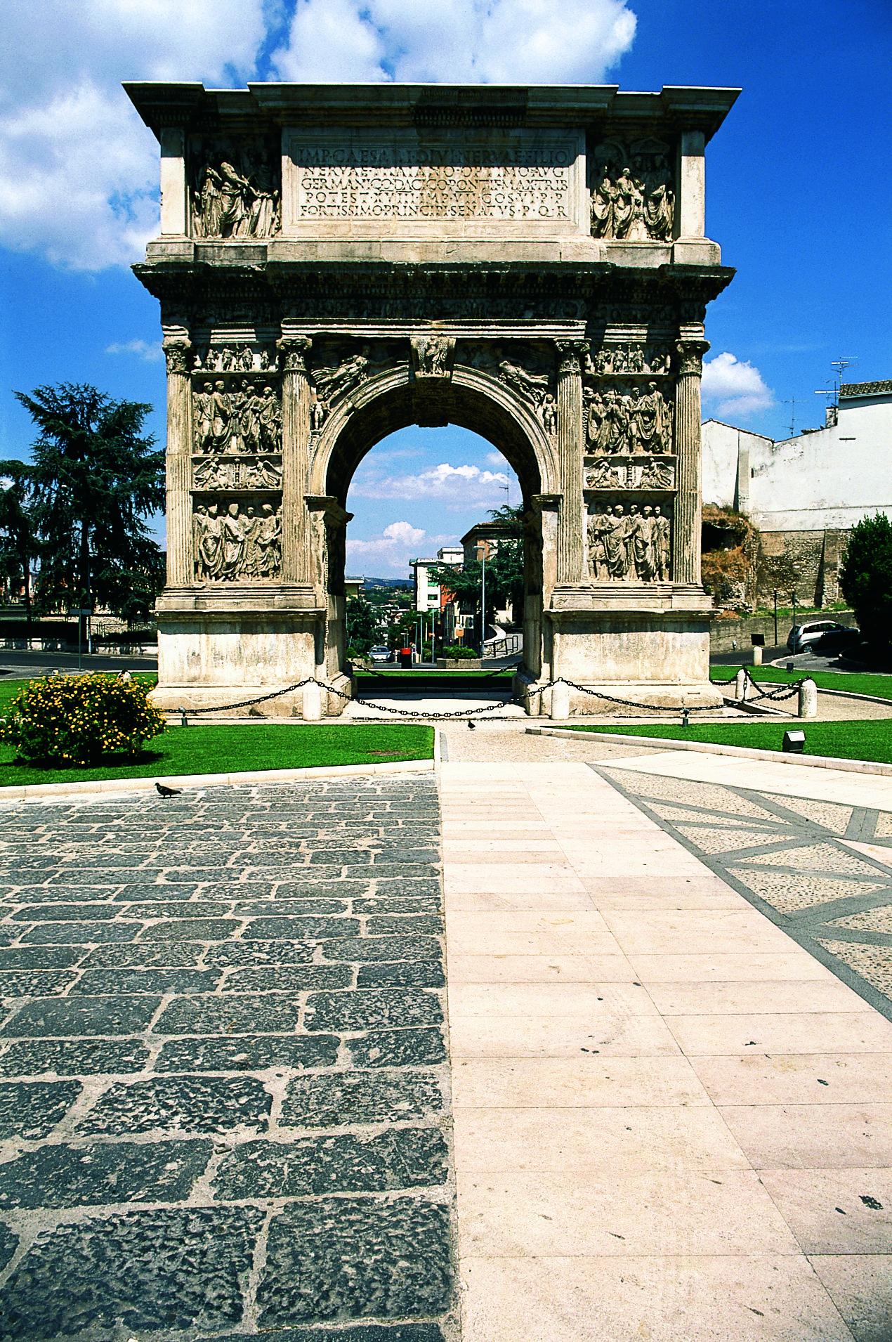 Benevento ist ein Schnittpunkt von Antike und Moderne, Tradition und Fortschritt. Auf den Straßen des Ortes begegnet man zahlreichen Symbolen antiker Kulturen. Der Trajansbogen, einer der besterhaltenen römischen Triumphbögen mit herrlichen Reliefs auf beiden Seiten, das Römische Theater und der Ponte Leproso, unter dem der Fluss Sabato hindurch fließt, sind Bauwerke aus dem römischen Benevento, die dem Zahn der Zeit getrotzt haben.