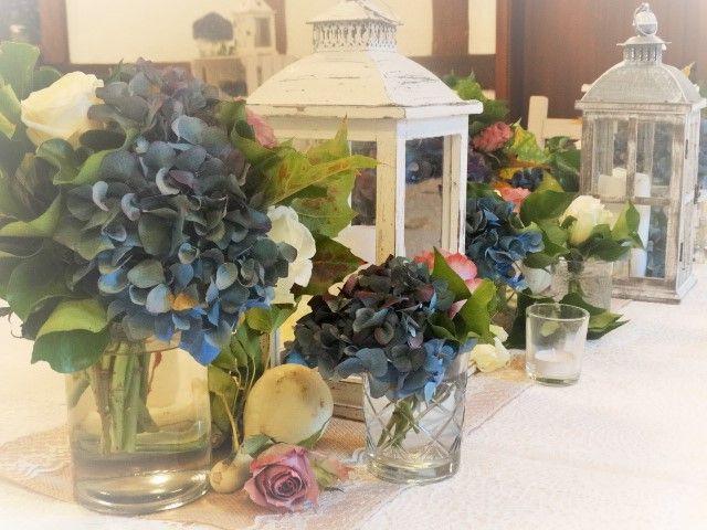 Rustikale Tischdeko im Herbst mit Hortensien in Blau