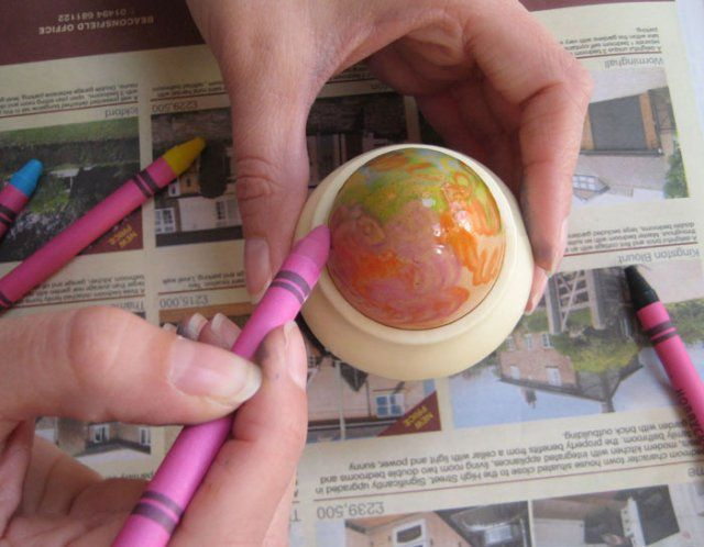 Melted Crayon Easter Eggs-color while the egg is hot so crayons melt..use layer effects