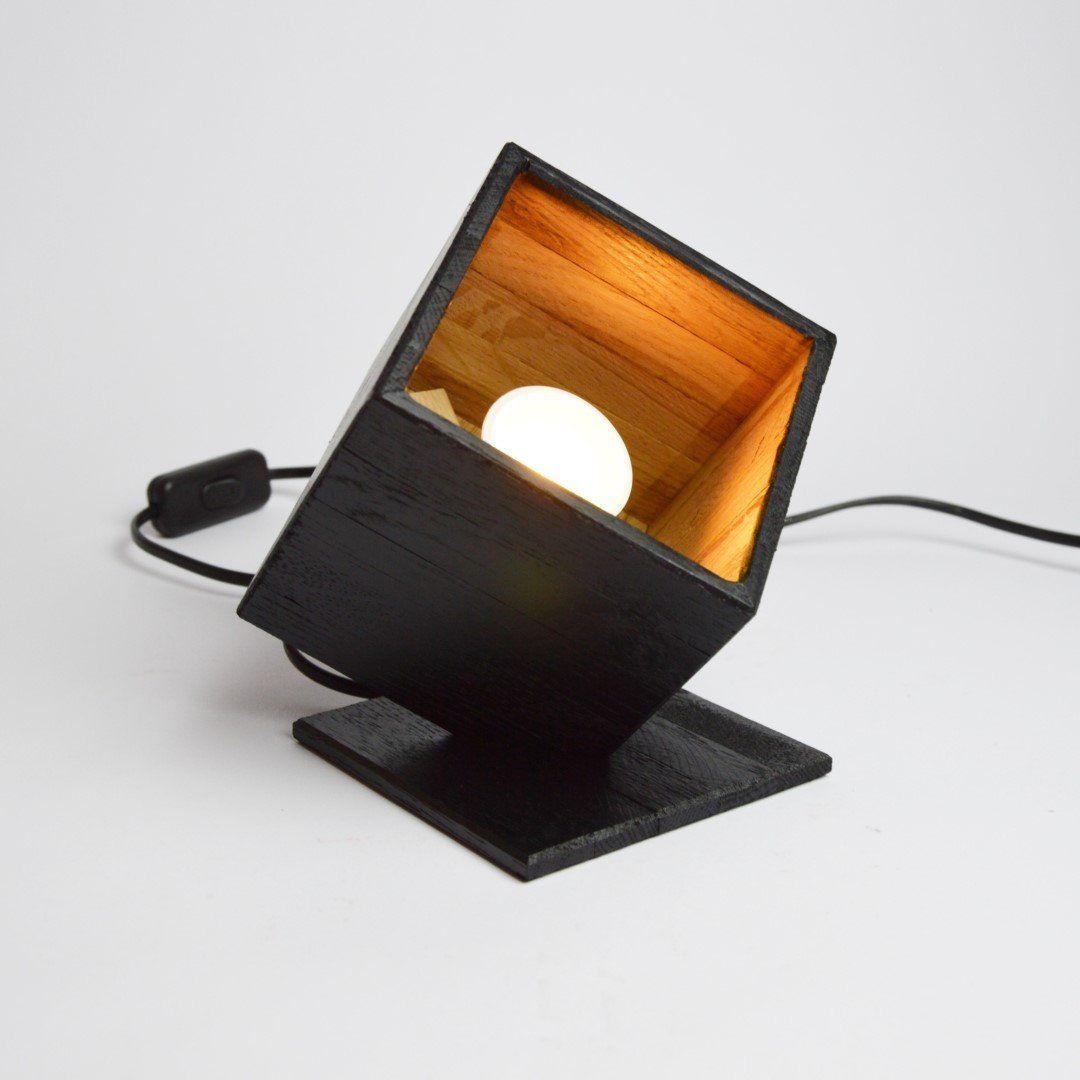Notre petit lampe spot design est à poser sur la table ou à même