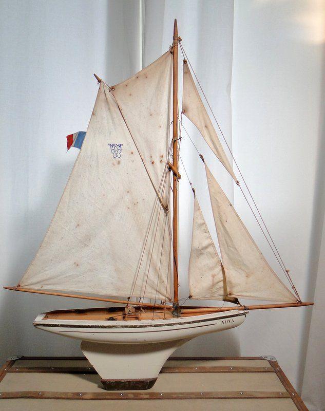 Voilier NOVA N°8. Le seigneur des bassins. Voilier parfaitement équilibré d'une parfaite navigabilité. Gréement 5 voiles, entièrement d'origine, seuls quelques cordages ont été remplacés. Longueur hors tout : 88cm Hauteur 102cm.