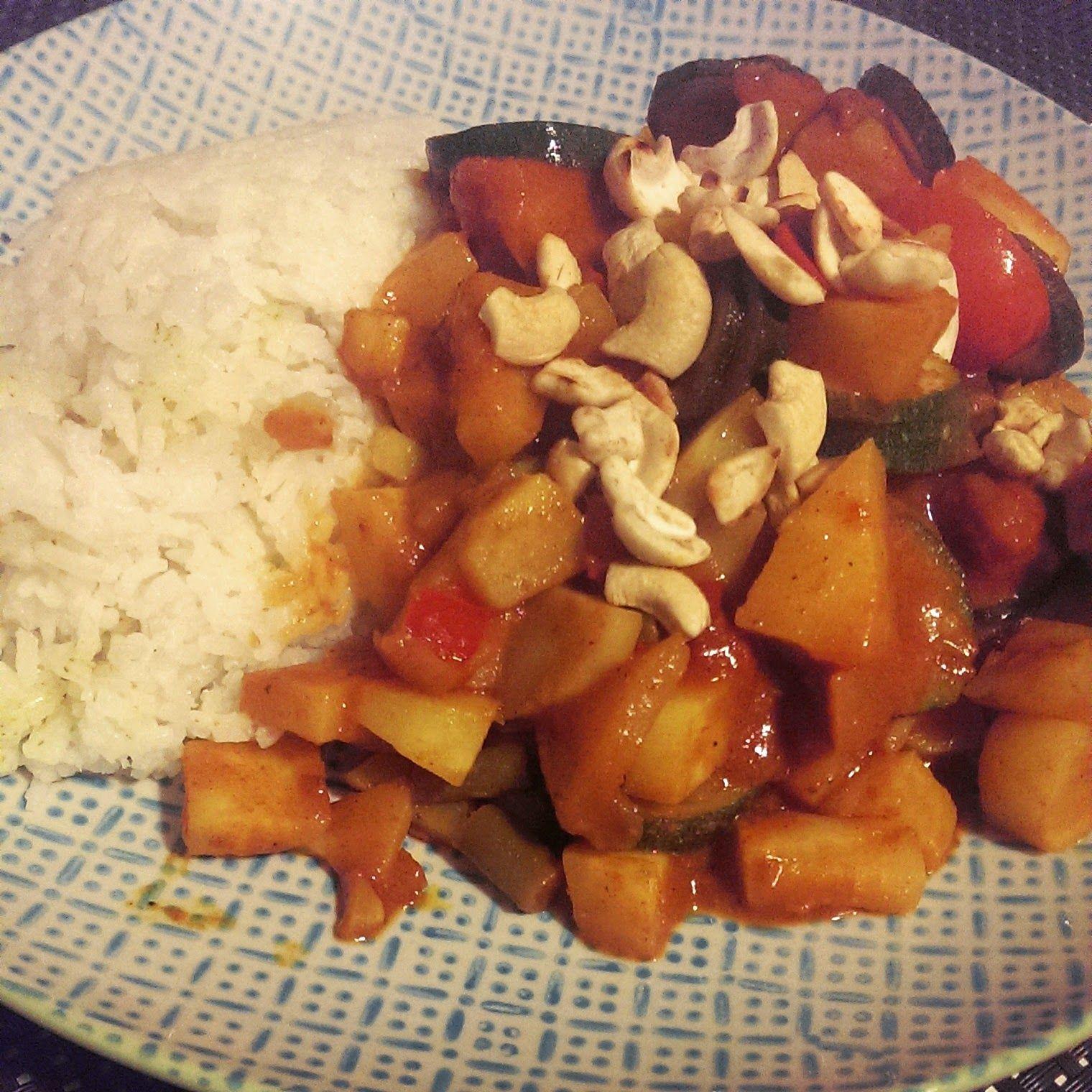 Abends gab es bei FrauJupiter Pastinaken-Zucchini-Gemüse in einer Fertigsauce von Sanchon und mit Cashewkernen und Reis