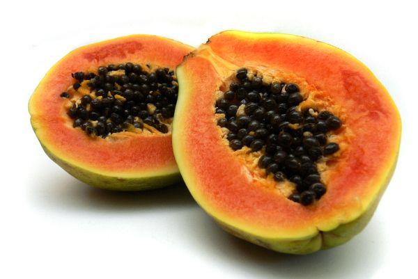 5 Frutas Que Nos Hacen Más Jóvenes Semillas De Papaya Blanquear La Piel Trucos De Belleza Caseros