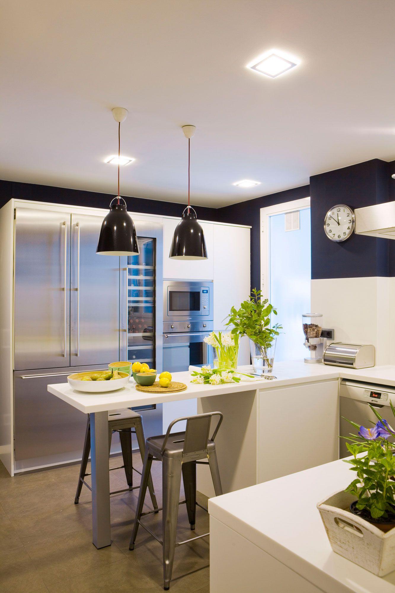 Cocina con office iluminada con focos y l mparas de techo - Focos para cocina ...