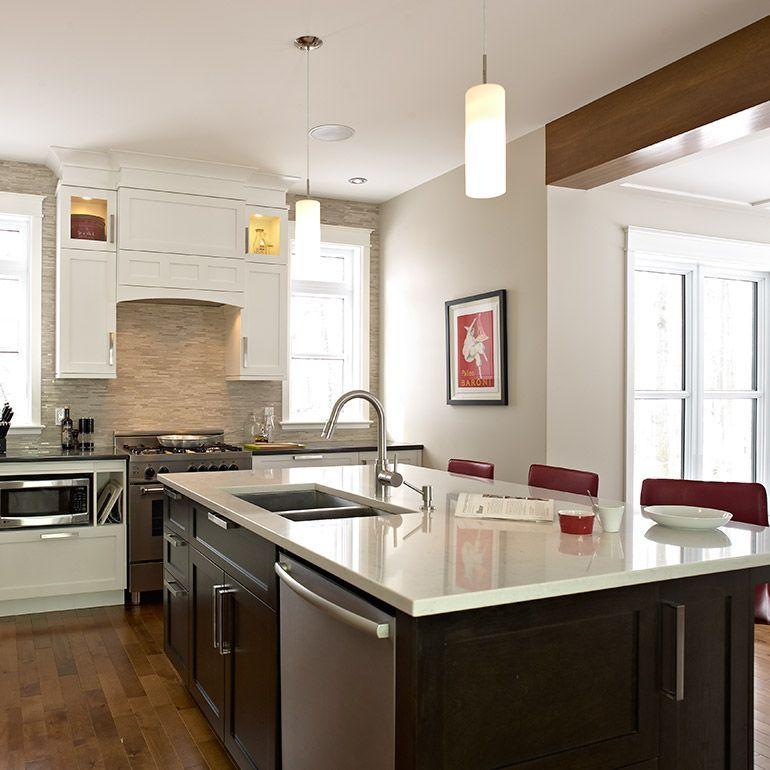 Grand ilot de cuisine contemporaine avec lave-vaisselle et évier ...