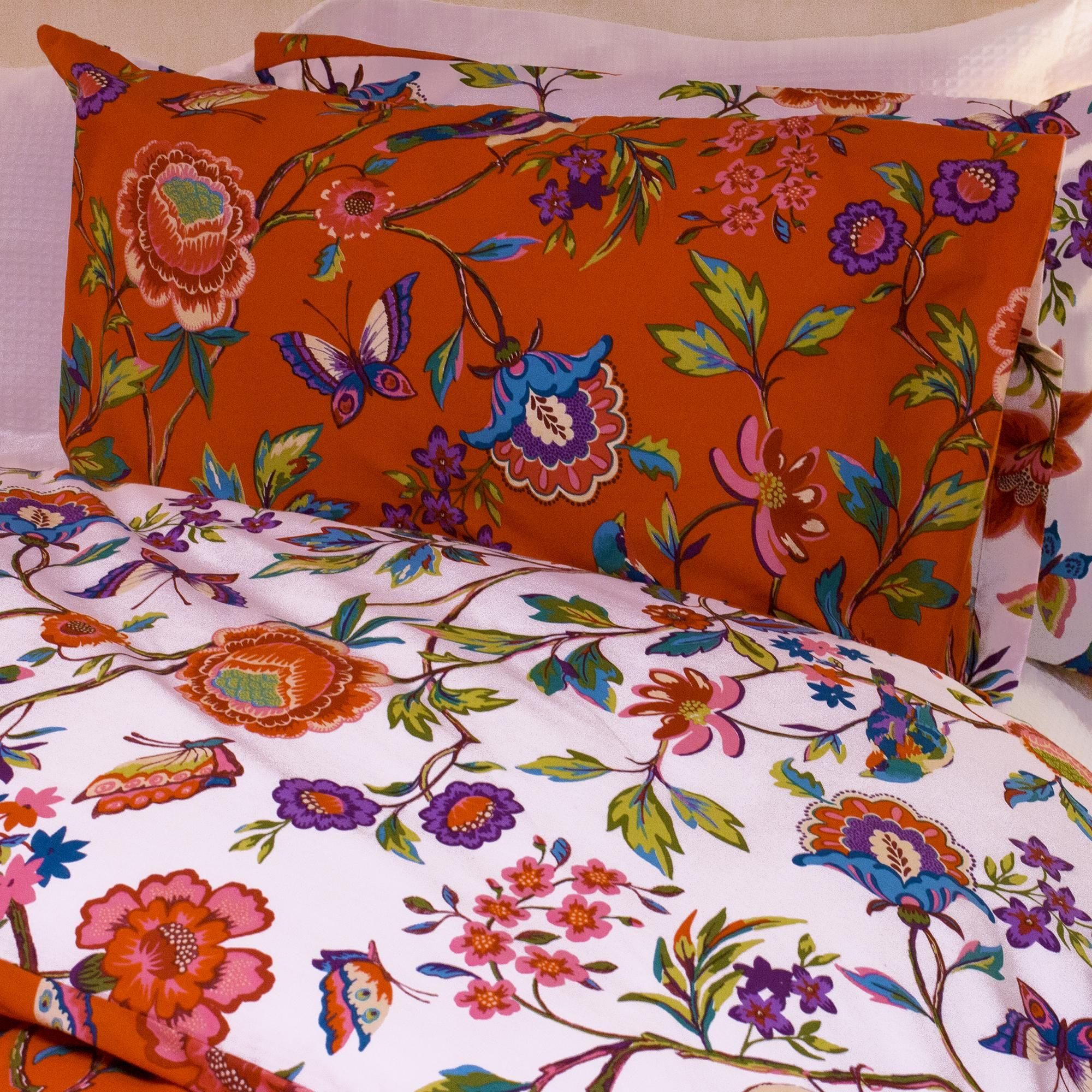Bold and bright, this Pomelo Orange bed-linen will inject some colour into your bedroom. This floral print featuring tropical birds is paired with a white floral reverse, allowing you to easily switch to a more neutral colour palette if you feel like changing it up. This set is made of a crisp polycotton blend to provide softness and durability.