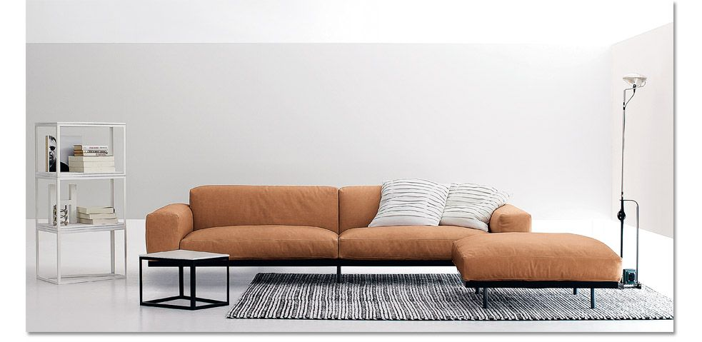Rigorous shape for the modular sofa Naviglio, but congenially softened in the lines thanks to the good use of materials and covers which are particularly soft and comfortable. As for all the upholstered furniture of arflex,