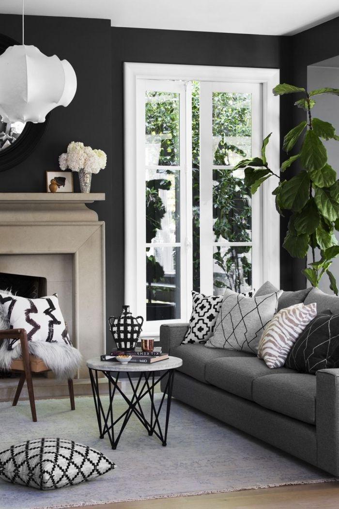 salon au plafond blanc et murs foncés avec grandes fenêtres aménagé