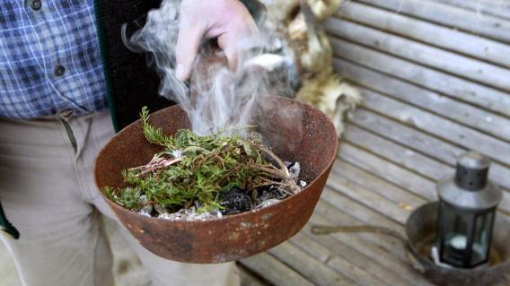 Die Kräuter kommen entweder in die Pfanne oder auf das Räucherstövchen. Bild: SN/Robert Ratzer