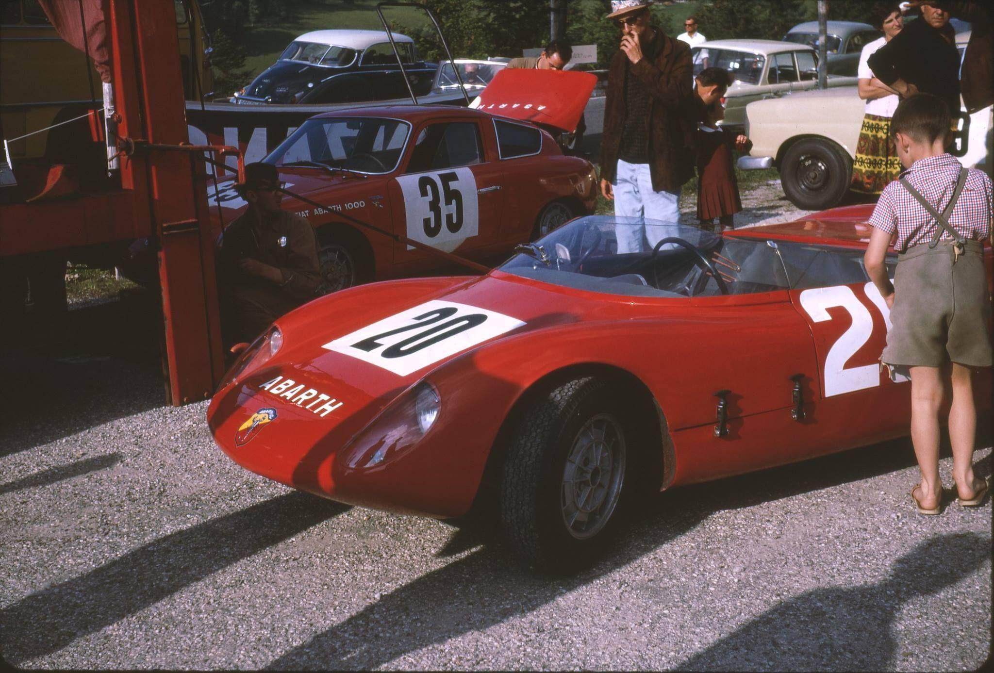 Abarth Sport 2000 von Tommy Spychiger im Vordergrund und ein 1000 Bialbero dahinter. Hier ist noch die falsche Startnummer montiert, weil Eberhard mit der Nr. 35 im Rennen fuhr - mit dem 2300 S Coupe. (Aufnahme vom Roßfeld 2014)